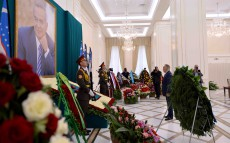 The ceremony of laying flowers to the grave of Islam Karimov
